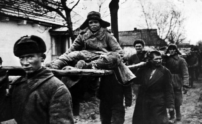 На фото: советские пленные, захваченные в боях конвоируются в лагерь для интернированных, СССР, 1944 год (Фото: AР ТАСС)